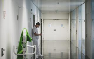Metge al passadís de les unitats d'hospitalització