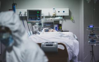 Pacient a la UCI provisional del centre